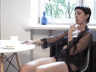 Mature divorcee Daryna is seem to be fucking wet pussy relevant on the floor